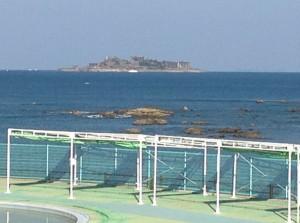 遠くに見えるのが軍艦島です