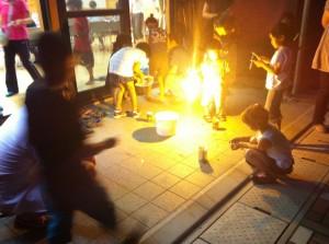 明るい電気花火に、風情のある線香花火