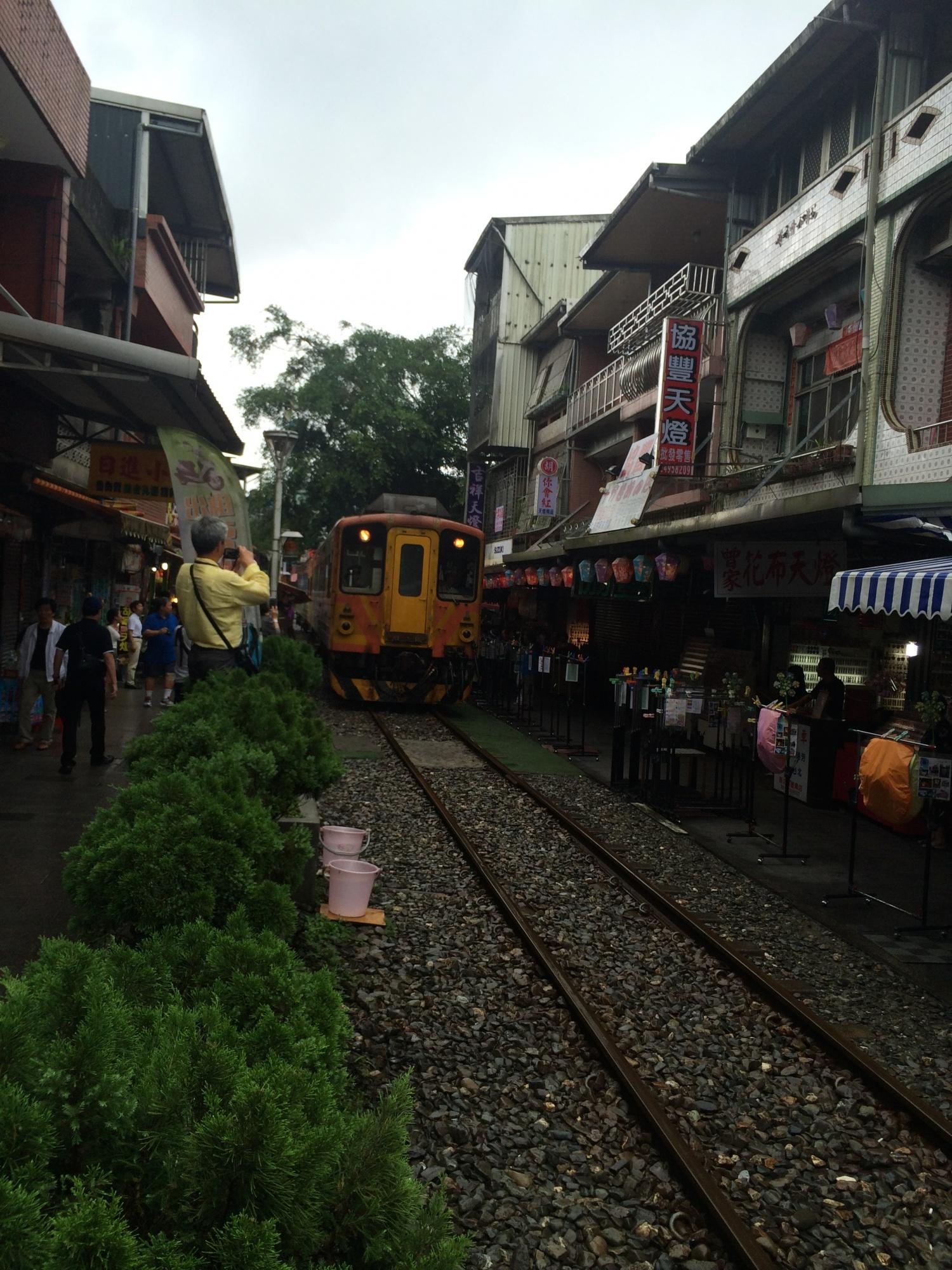 露店のすぐ脇を通る電車