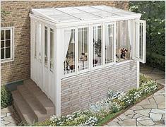 ガーデンルーム暖蘭家族 腰壁タイプのおしゃれなガーデンルーム。